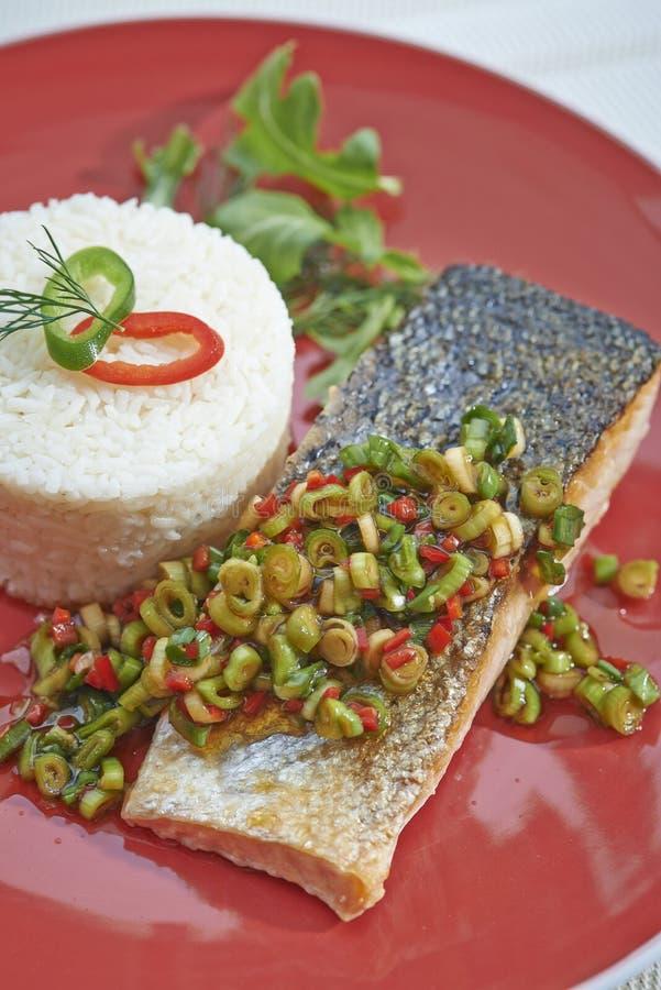 Torre dos peixes e do arroz na placa vermelha fotografia de stock