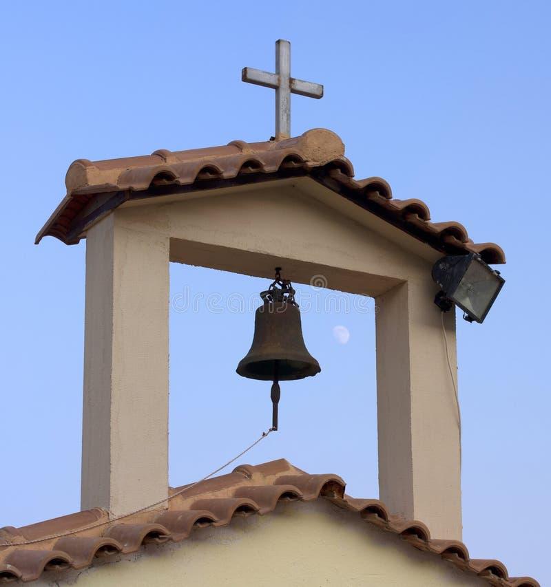 Torre e Bell gregas da igreja ortodoxa fotografia de stock royalty free