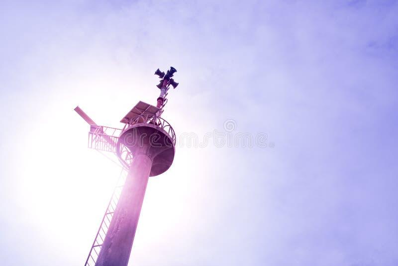 Torre e céu de advertência do tsunami da vista superior foto de stock