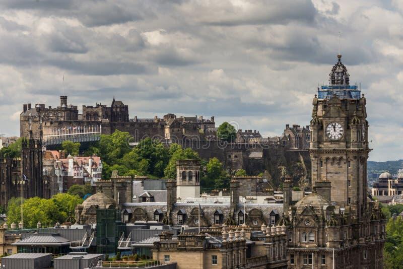 Torre e castello di orologio di Balmoral dalla collina di Calton, Edimburgo, Sco fotografia stock libera da diritti