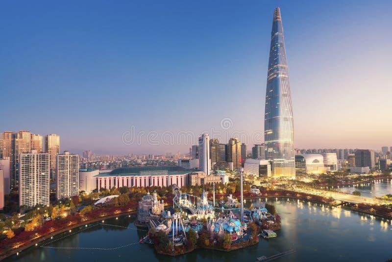 Torre e costruzione nella città di Seoul immagini stock