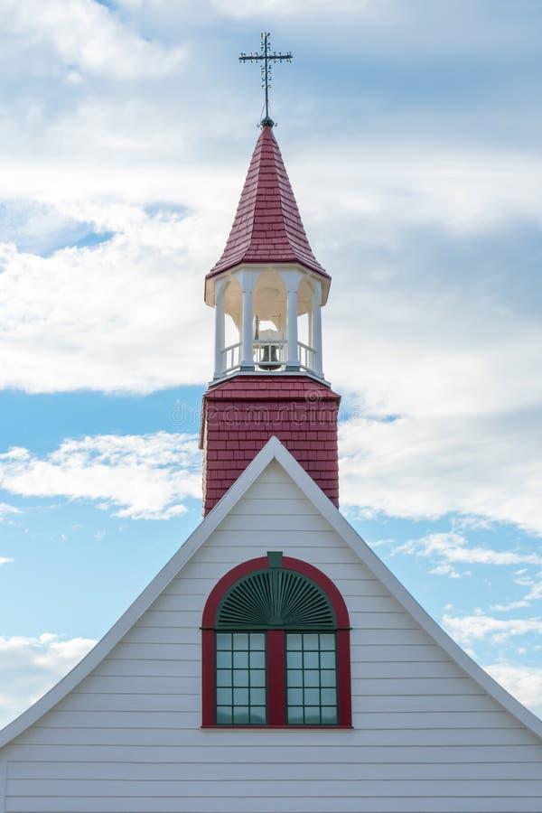 Torre e cruz da igreja com céu azul e nuvens imagens de stock
