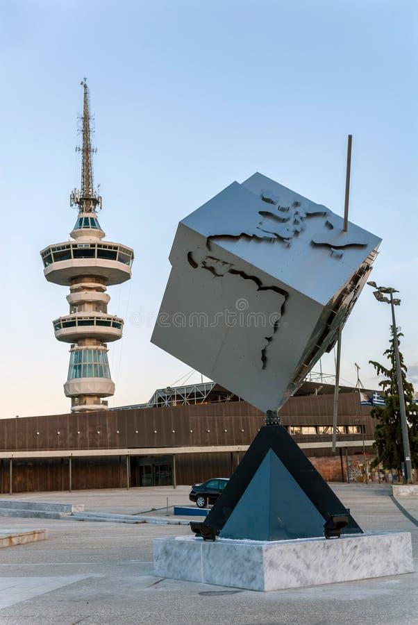 Torre e escultura justas de Tessalónica foto de stock royalty free