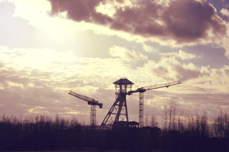 Torre e guindastes velhos da mina de carvão fotos de stock royalty free