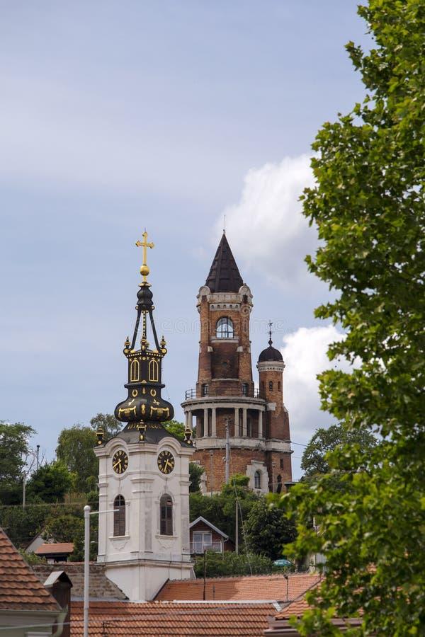 Torre e igreja ortodoxa de Gardos em Zemun, Sérvia fotos de stock