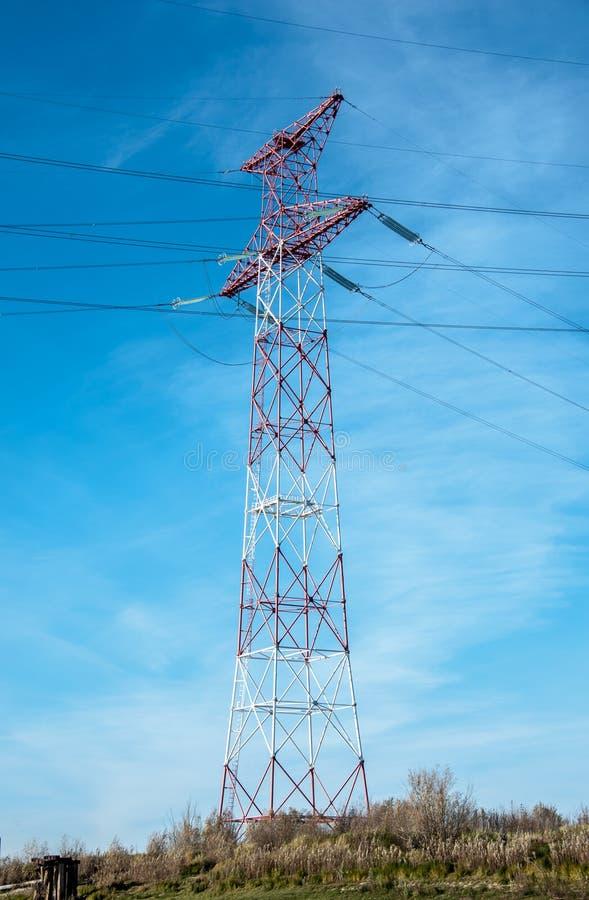 Torre e linhas de alta tensão da transmissão fotografia de stock royalty free