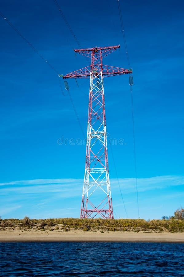 Torre e linhas de alta tensão da transmissão imagens de stock