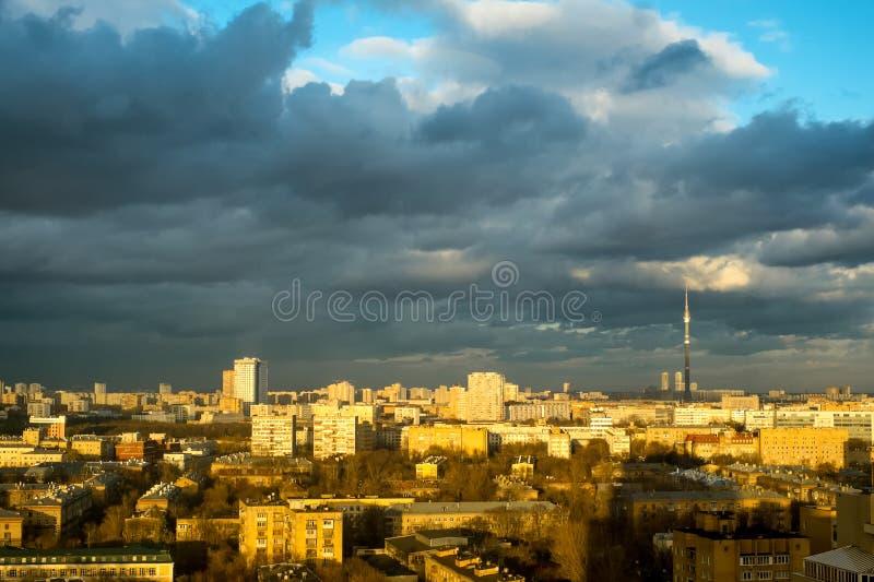 Torre e Mosca di Ostankino TV distinte. Vista da sopra. fotografia stock