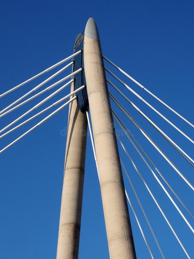 A torre e os cabos concretos da ponte de suspensão no southport merseyside contra um céu azul fotos de stock