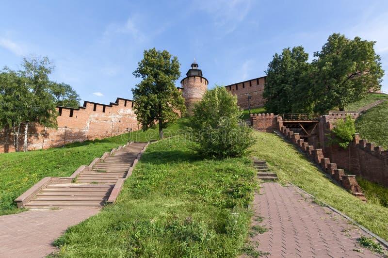 A torre e a parede do Kremlin em Nizhny Novgorod são a vista inferior imagens de stock royalty free