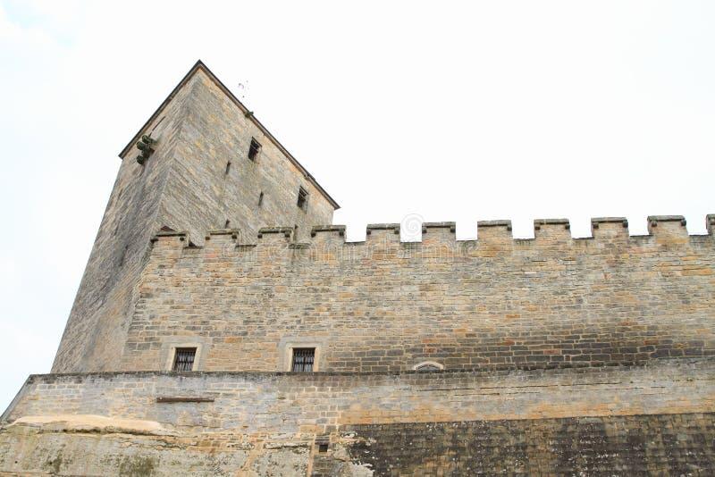 Torre e pareti del castello Kost immagine stock