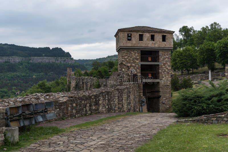 Torre e pareti della fortezza Veliko Tarnovo ain di Tsarevets immagine stock