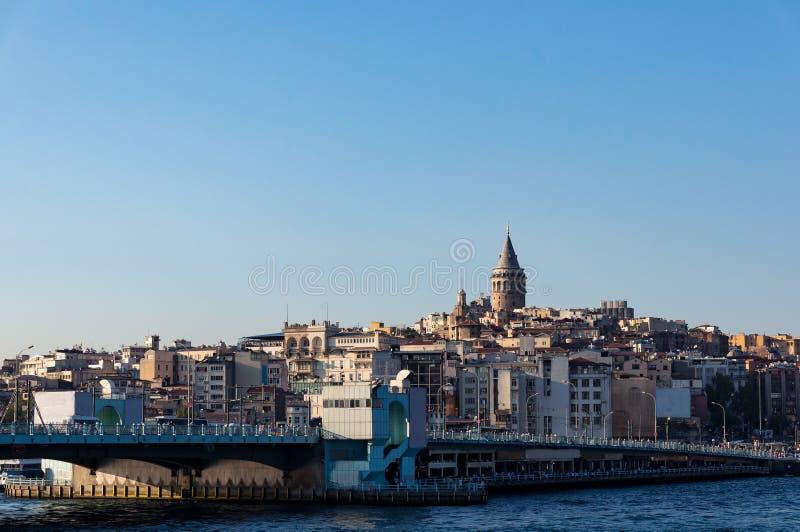 A torre e a ponte de Galata com vista de Karakoy dividem Istambul imagens de stock