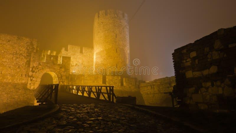 Torre e ponte di legno della fortezza di Kalemegdan alla notte nebbiosa a Belgrado fotografie stock