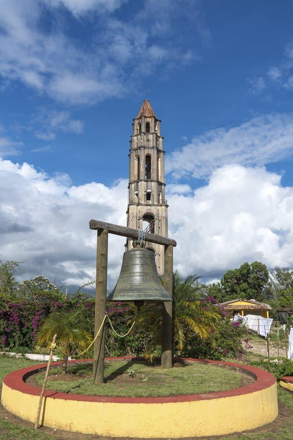 Torre e sino de Manaca Iznaga no vale de Sugar Mills fotografia de stock royalty free