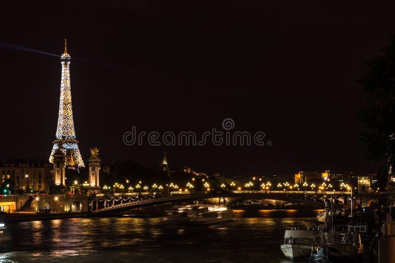 Torre Eiffel accesa alla notte fotografie stock libere da diritti
