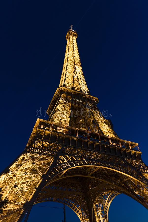 Torre Eiffel brilhantemente iluminada na noite ao fim de outubro imagens de stock royalty free
