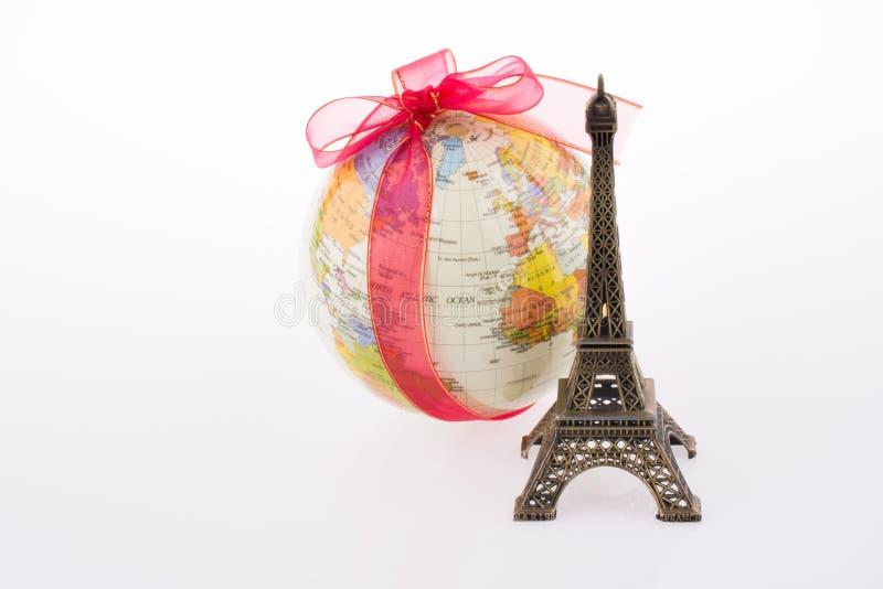 Torre Eiffel cerca de un globo fotografía de archivo