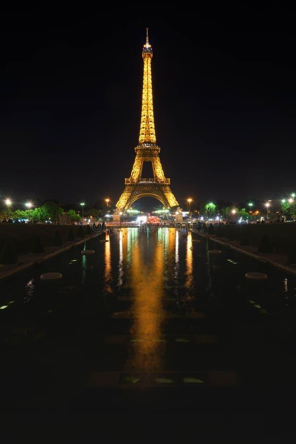 Torre Eiffel com reflexão da água imagem de stock