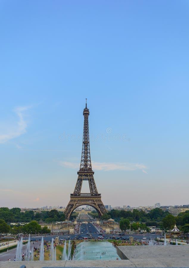 Torre Eiffel com sistema de extinção de incêndios da água e luz dourada fotografia de stock