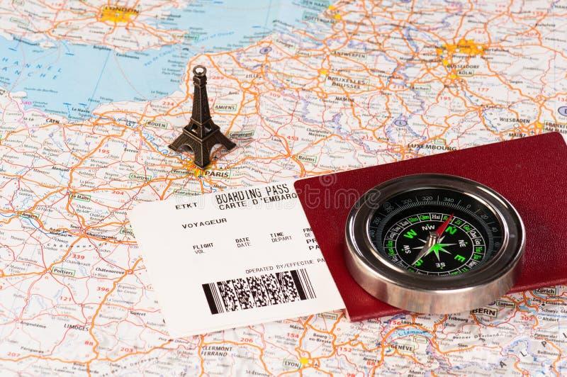 Torre Eiffel, compás y pasaporte fotografía de archivo libre de regalías
