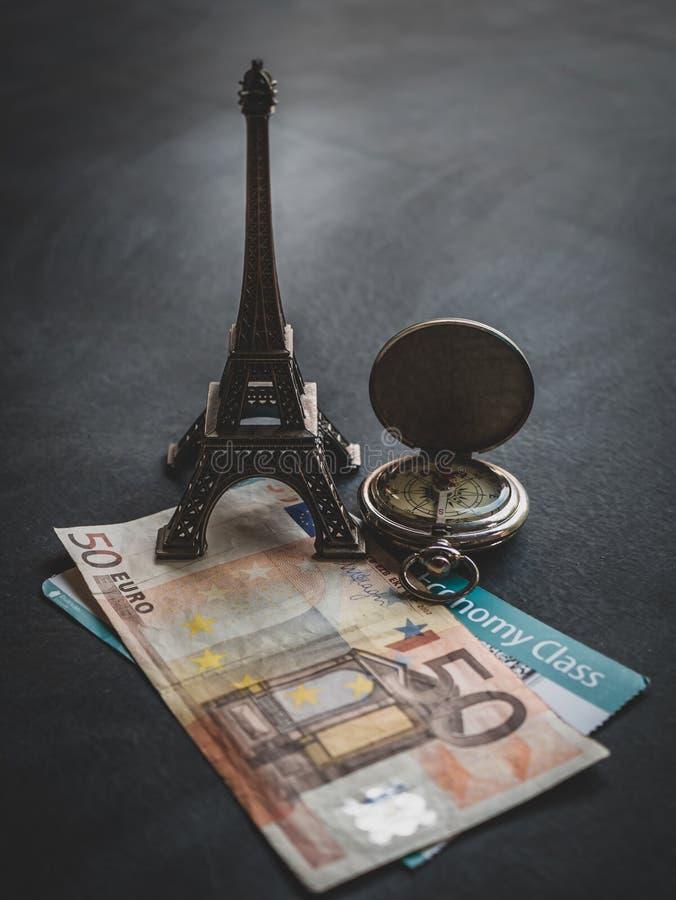 Torre Eiffel con el documento euro del billete de banco 50 y de embarque imagenes de archivo