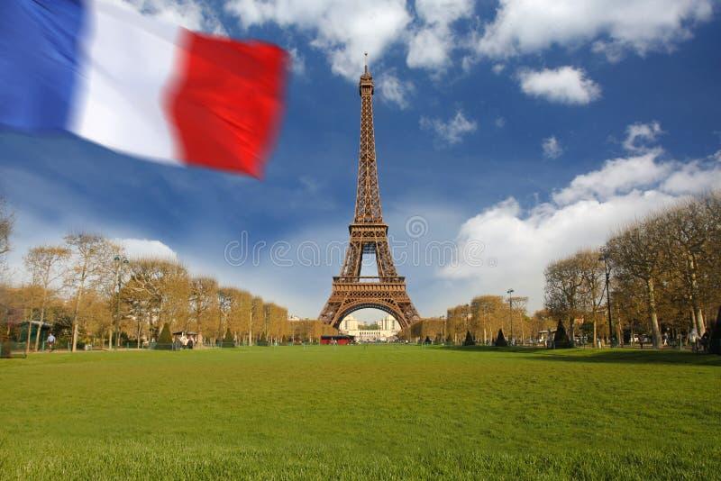Torre Eiffel con el indicador de Francia, París fotos de archivo libres de regalías