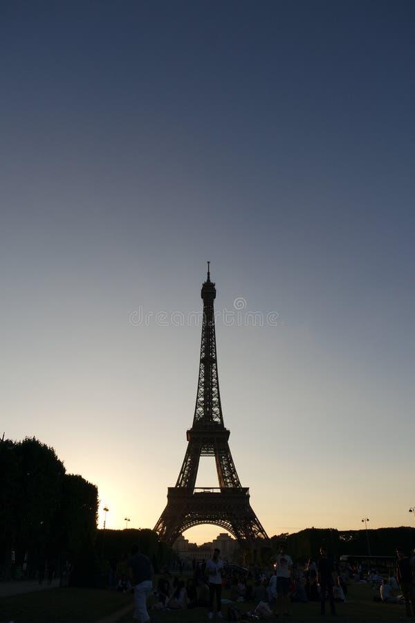 Torre Eiffel da noite em Paris no verão foto de stock royalty free