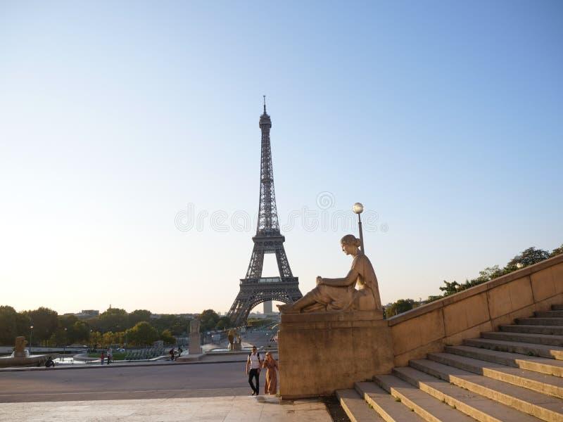 Torre Eiffel da Place du Trocadero e statua fotografia stock libera da diritti