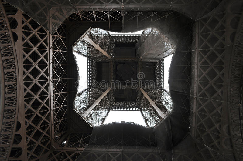 Torre Eiffel de diretamente abaixo imagem de stock royalty free