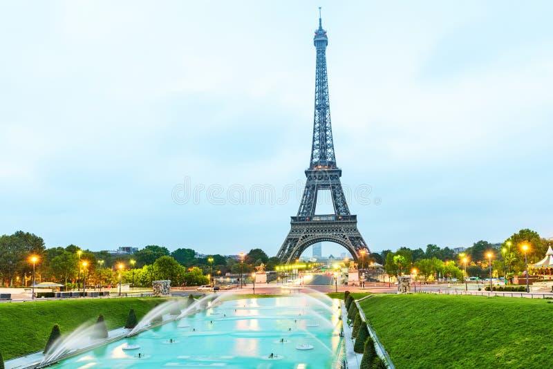 Torre Eiffel de París en la salida del sol vista de Jardins du Trocadero en París, Francia imagen de archivo