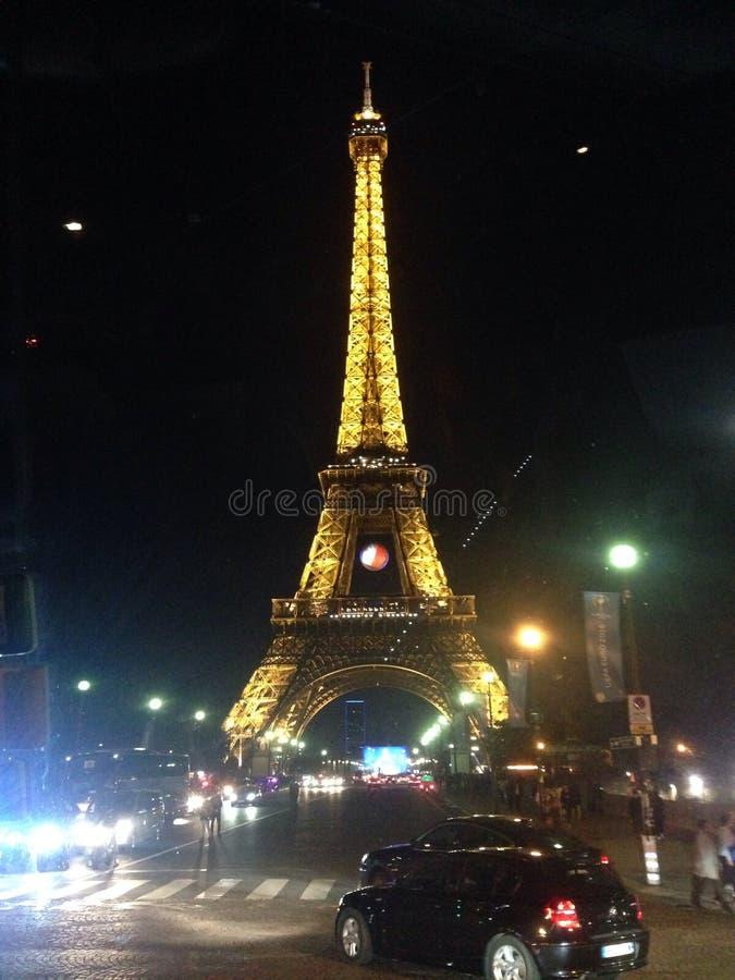 Torre Eiffel de París por la iluminación de la noche fotos de archivo
