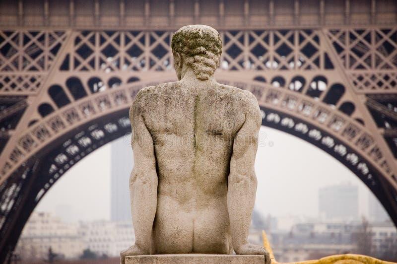 Torre Eiffel de Paris com estátua imagens de stock