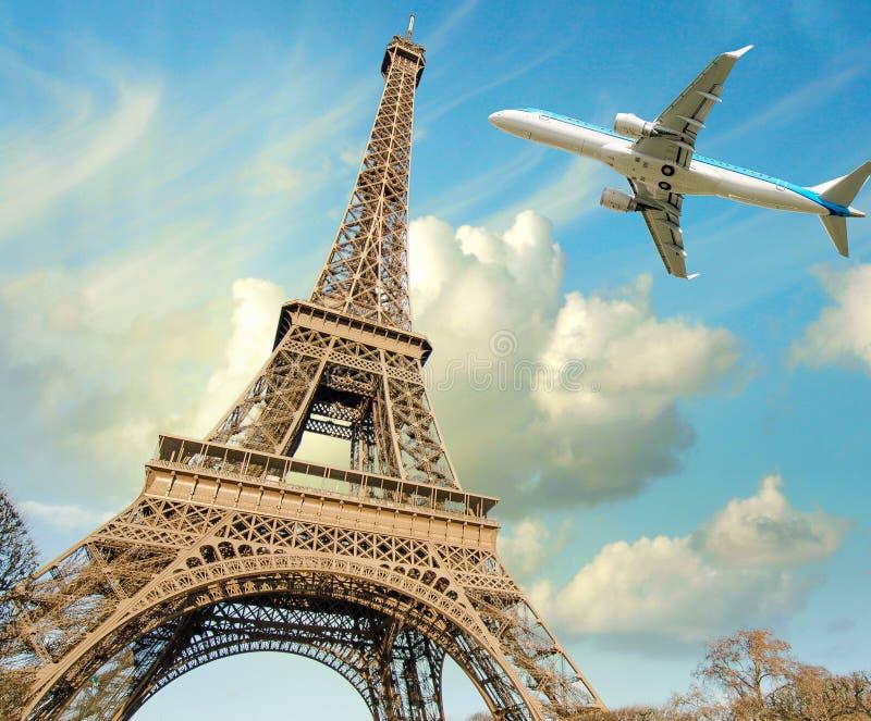 Torre Eiffel de sobrevuelo del aeroplano en París imagenes de archivo