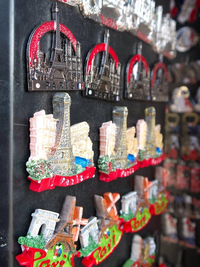 Torre Eiffel dei magneti del ricordo di Parigi da vendere fotografie stock