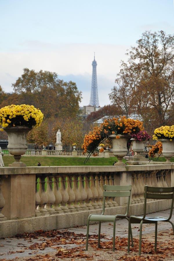 Torre Eiffel del jardín de Luxemburgo imagenes de archivo