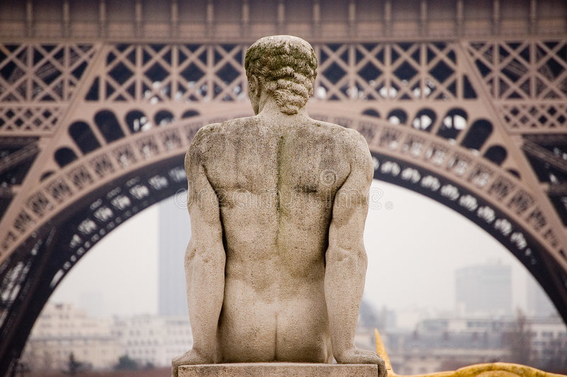Torre Eiffel di Parigi con la statua immagini stock