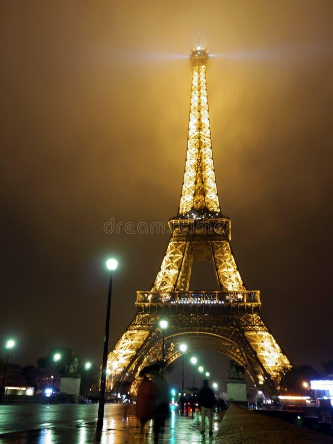 Torre Eiffel durante a chuva e a noite - Paris imagens de stock royalty free