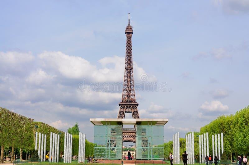 A torre Eiffel e a MUR de la Paix imagens de stock