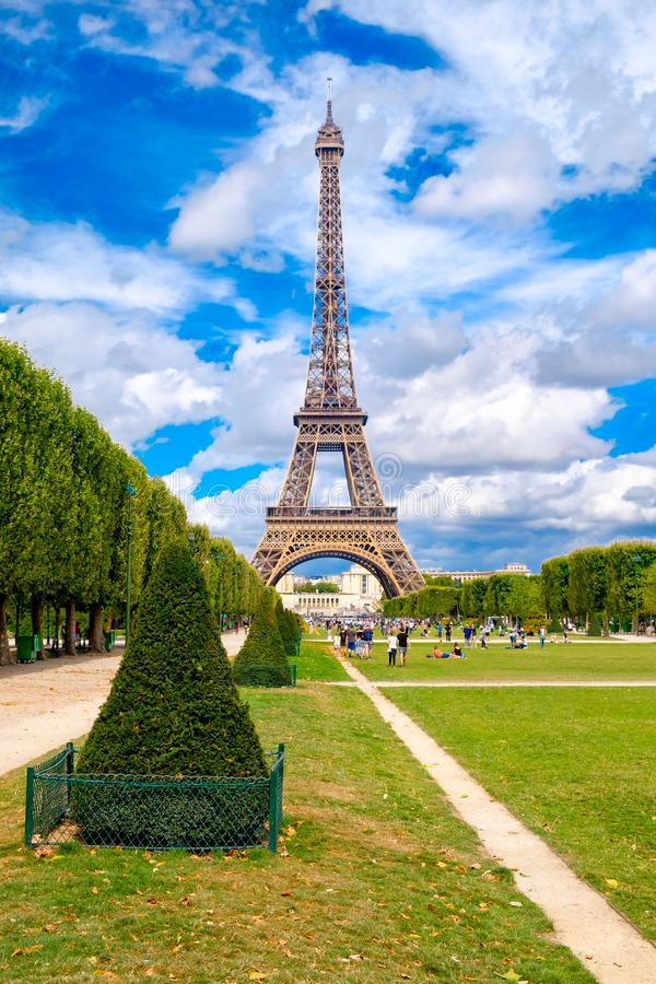 A torre Eiffel e o Champ de Mars em um dia de verão em Paris fotos de stock royalty free