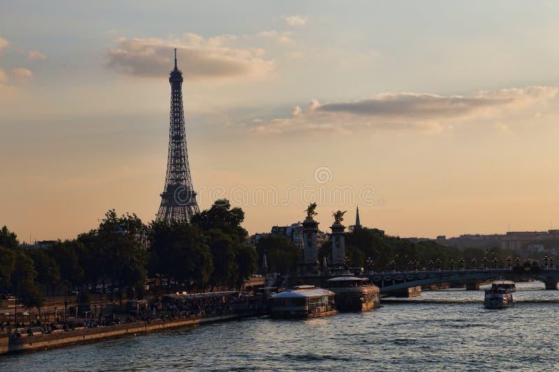 Torre Eiffel e o Seine River em Paris, Fran?a fotografia de stock