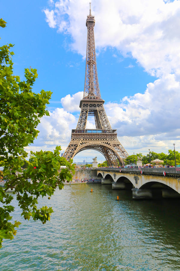 A torre Eiffel e o Seine River - a Paris foto de stock
