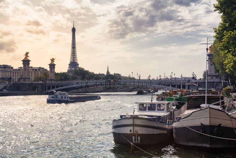 Torre Eiffel e rio Seine em Paris, França fotografia de stock