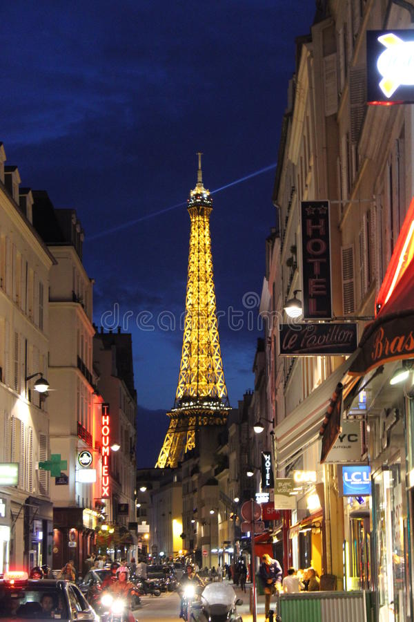 Torre Eiffel e uma rua na noite, 2 foto de stock royalty free