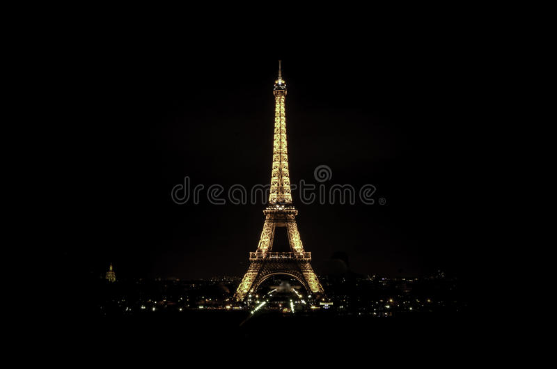 Torre Eiffel em a noite fotos de stock