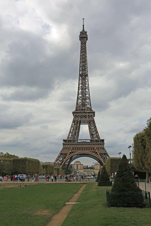 Torre Eiffel em Paris vista do Champ de Mars foto de stock royalty free