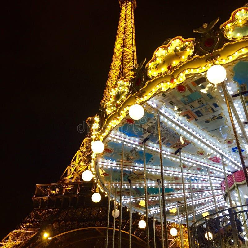 Torre Eiffel en caroussel royalty-vrije stock foto