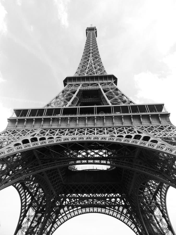 Torre Eiffel en el primer blanco y negro de la parte inferior fotos de archivo libres de regalías
