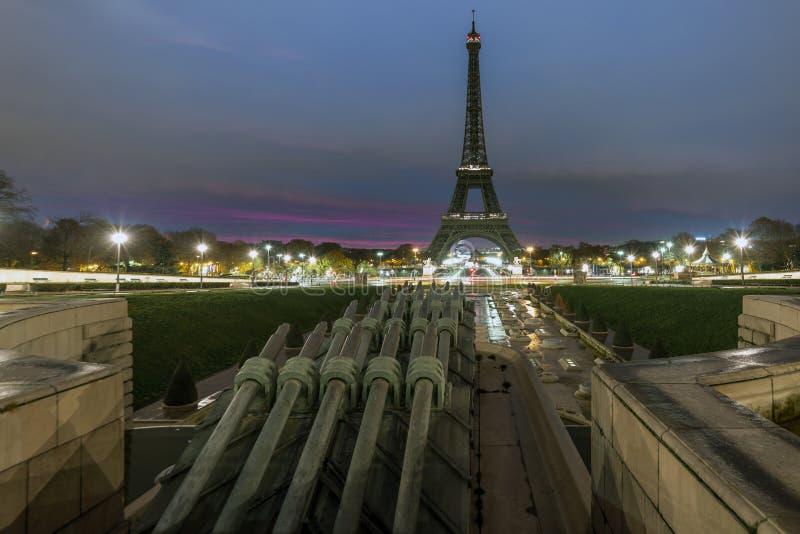 Torre Eiffel en la madrugada fotografía de archivo libre de regalías
