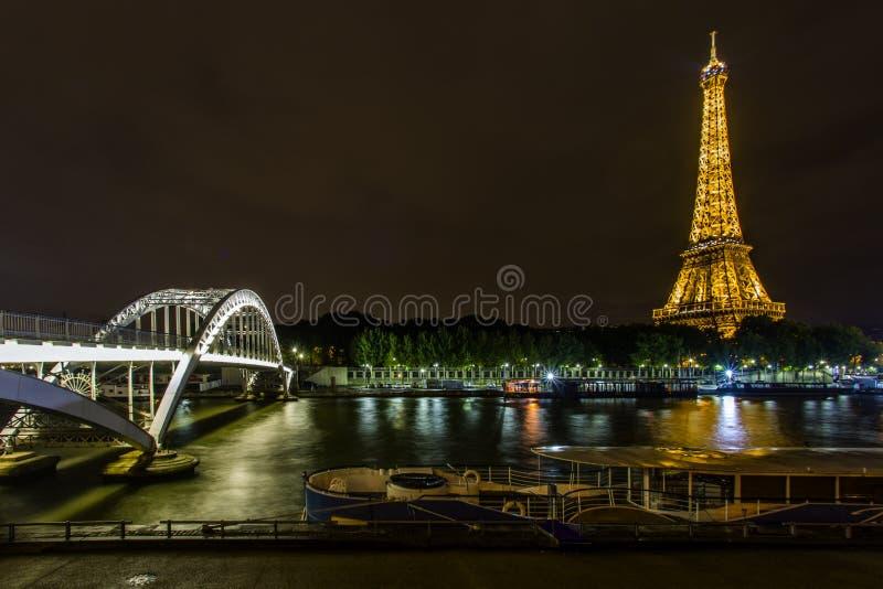 Torre Eiffel en la noche y el puente de Debilly imagenes de archivo